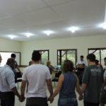 Orando pelos professores após a orientação de Malu, nossa orientadora do Ensino por Princípios.